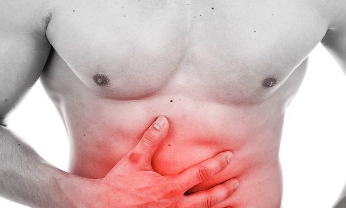 Если сначала недуг протекает бессимптомно, то, усугубившись, вызывает острые боли.