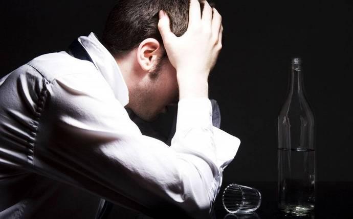 Алкогольный гепатоз возникает при систематическом злоупотреблении спиртным.