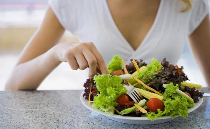Правильная диета при повышенном билирубине предусматривает употребление достаточного количества свежих овощей и фруктов.