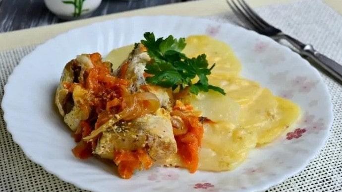 При соблюдении диеты можно запекать рыбу с картофелем.