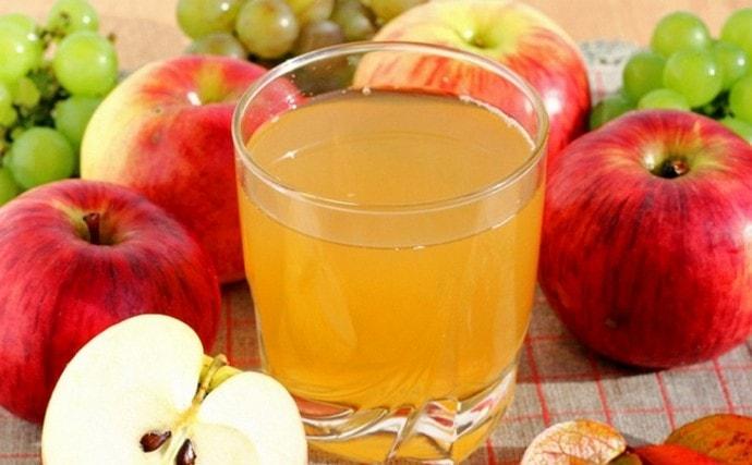 По методу Наумовой для очищения печени сначала надо пить яблочный сок.