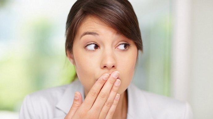 Пи отрыжке с желчью ко всем неприятным симптомам добавляется еще и неприятный запах изо рта.