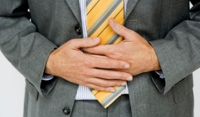 Боль как симптом появления песка в желчном пузыре присутствует не всегда, поэтому лечение может долго не проводиться.