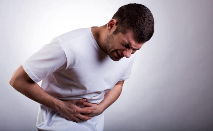 Помимо боли в печени, человека могут беспокоить и другие сопутствующие симптомы.