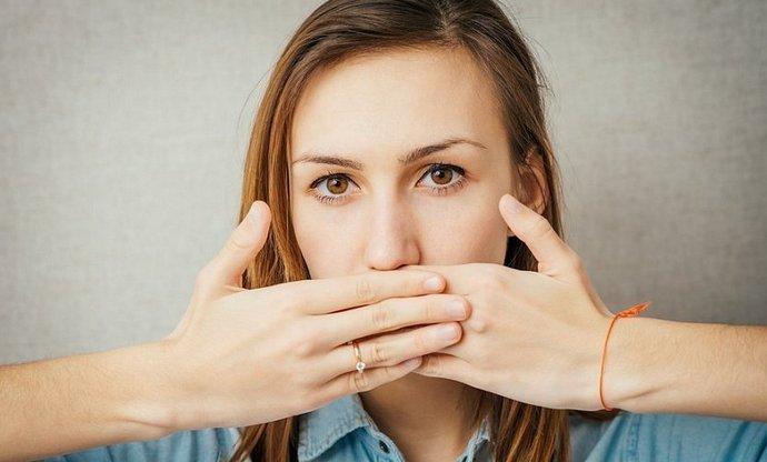 Одним из симптомов поликистоза печени является чувство переполненности желудка, частая отрыжка.