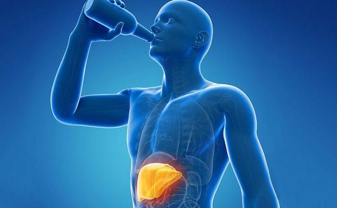 Одной из причин болезни врачи называют употребление алкоголя и неправильное питание.