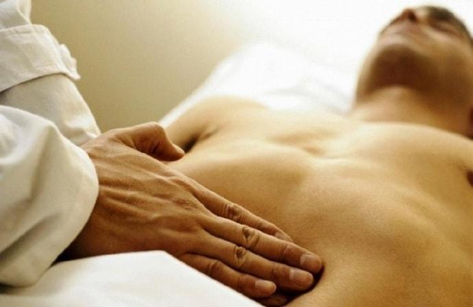 При увеличении печени человека могут беспокоить боли.