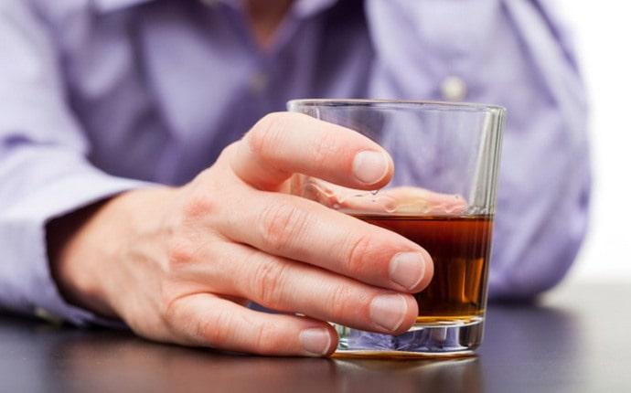 нередко причиной стеатоза становится неправильное питание и употребление алкоголя.
