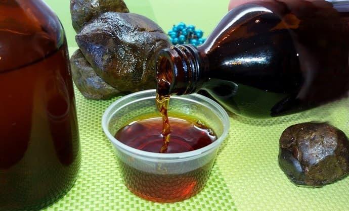 Для лечения печени поджелудочной железы народная медицина использует настойку прополиса на спирту.